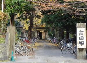吉田寮正面玄関(2011年12月)